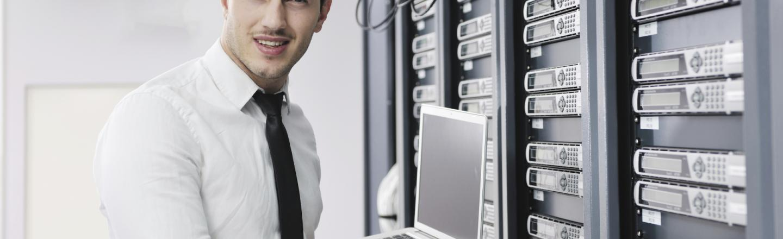 Persona configurando servidores
